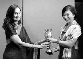 Ms Shobhana Bhartia, Chairperson and Editorial Director, HT Media Limited, India, with Ms Chua Sock Koong, Group CEO, Singtel, Singapore, at the ABLF Awards 2013